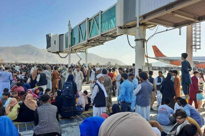 Толпа под телетрапом в аэропорту Кабула