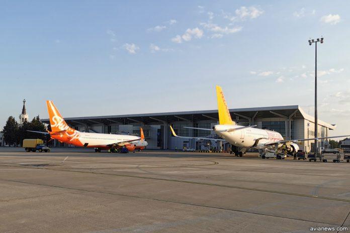 Самолеты Pegasus Airlines и SkyUp на фоне терминала в аэропорту Харьков