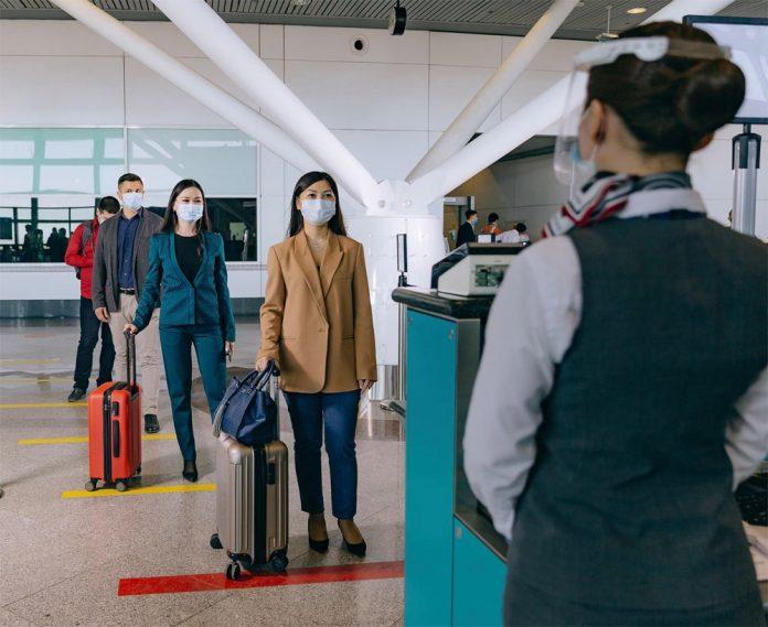 Пассажиры в очереди на регистрацию в аэропорту