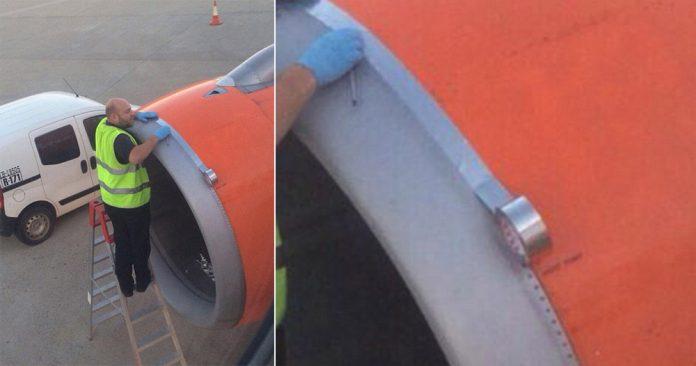 Авиационный техник клеит алюминиевую ленту на воздухозаборник двигателя самолета