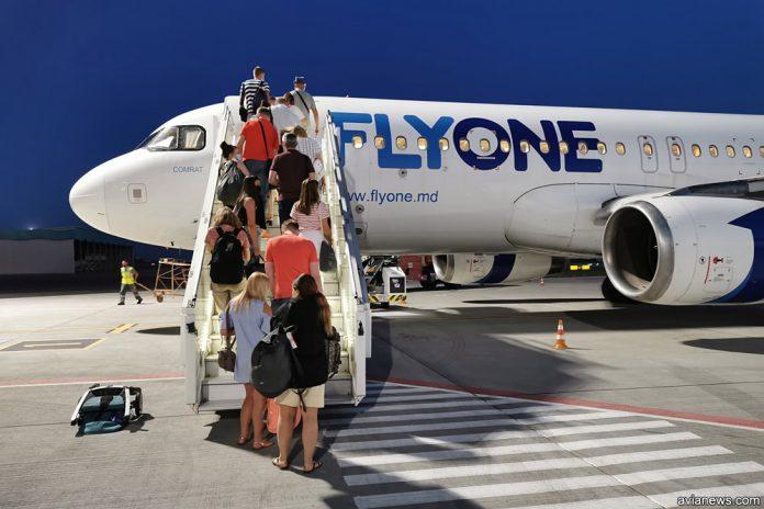 Airbus A320 Flyone. Посадка пассажиров в самолет