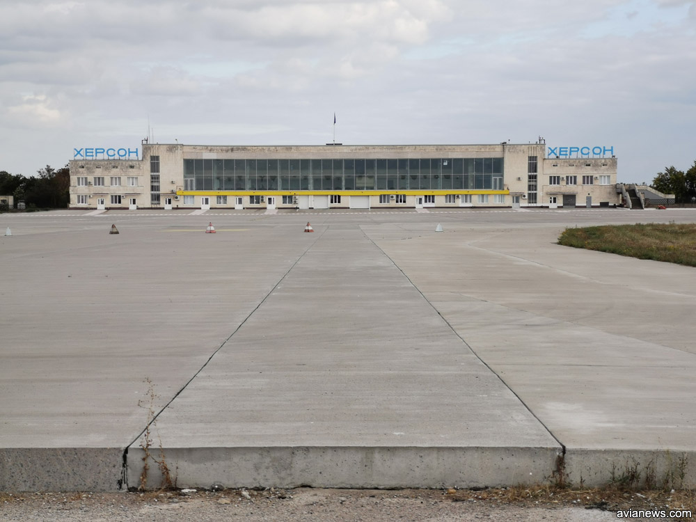 Новую полосу состыкуют с новым перроном аэропорта Херсон. Его уже построили из бетона
