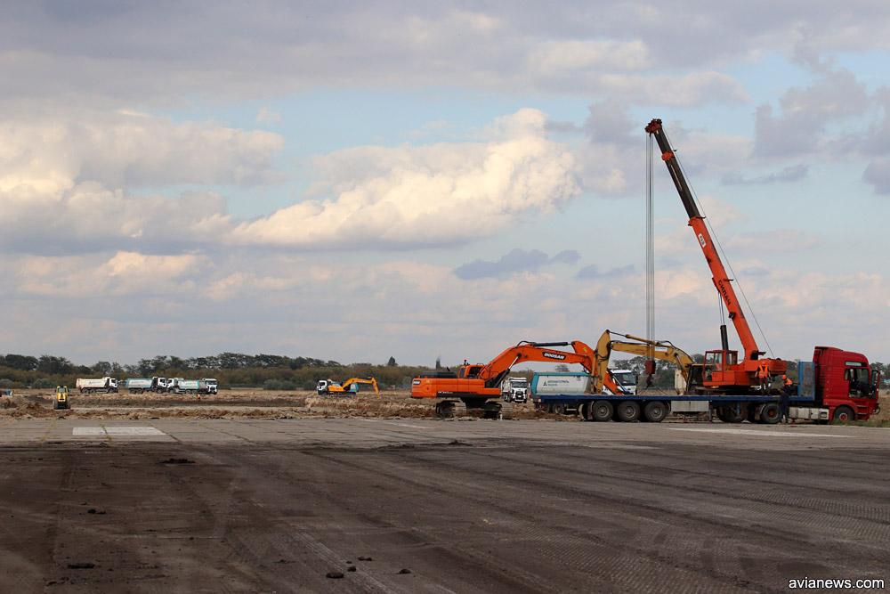 Место на полосе, аэропорта Херсон, где бетонные плиты переходят в асфальт