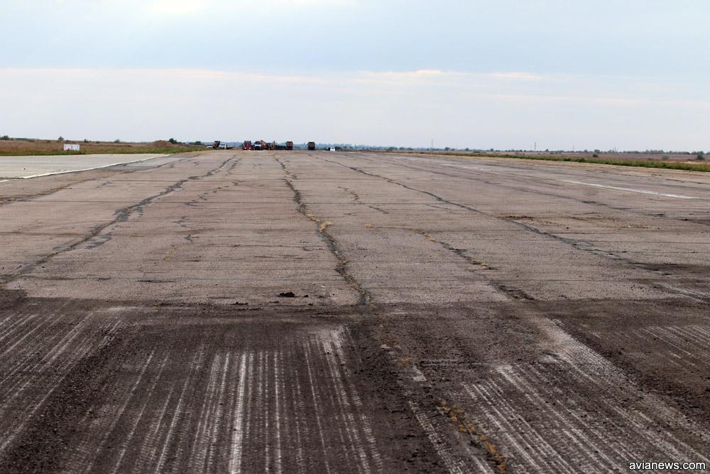 Как выглядит старый асфальт на полосе в аэропорту Херсон