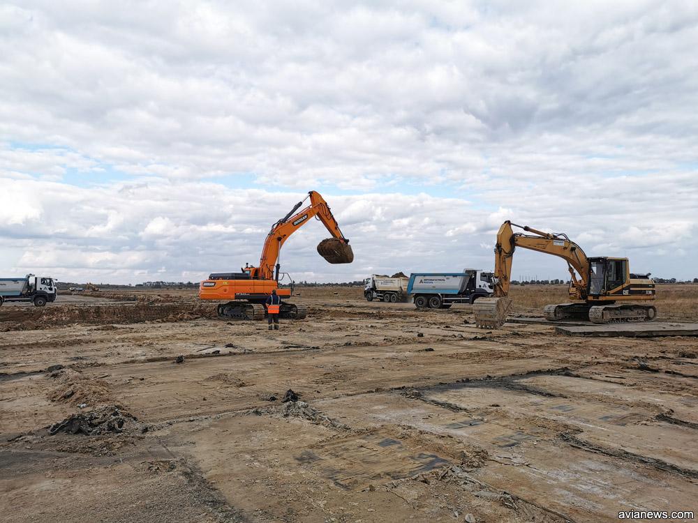 Песок на месте, где были демонтированы аэродромные плиты