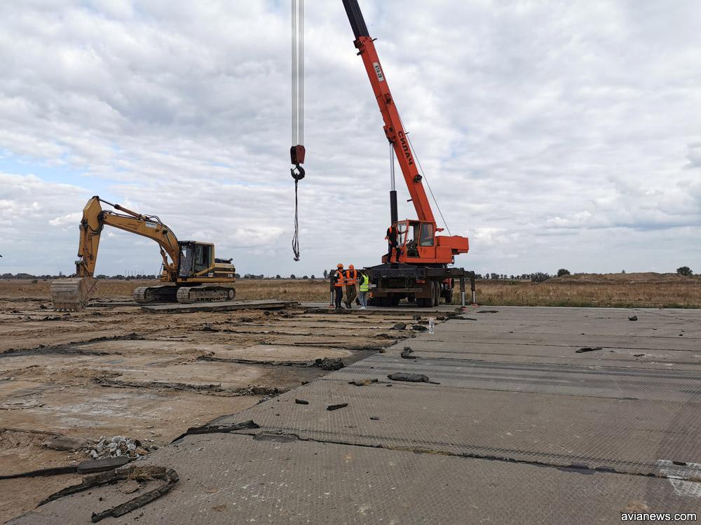 Демонтаж последних бетонных плит с полосы в аэропорту Херсон