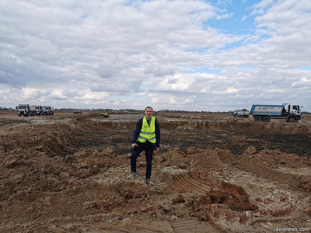 Глубокий котлован на месте, где раньше лежали бетонные плиты полосы аэропорта Херсон