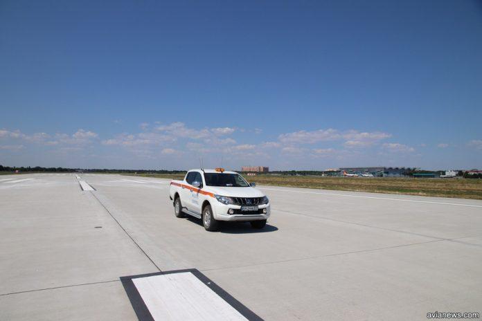 Автомобиль аэродромной службы на новой полосе в аэропорту Одесса
