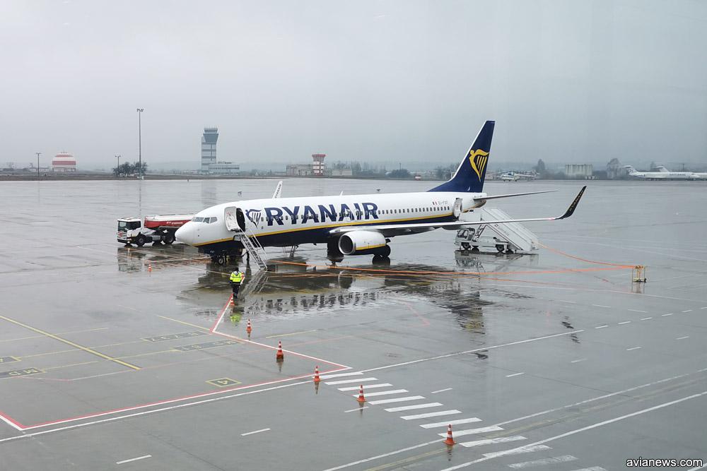Самолет Ryanair на отдаленной стоянке в аэропорту, куда пассажиры идут пешком
