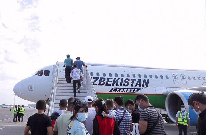 Пассажиры садятся в самолет Uzbekistan Airways Express