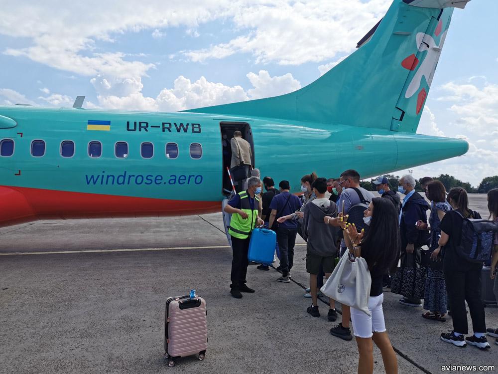 """Пассажиры садятся в самолет ATR 72-600 """"Розы Ветров"""""""
