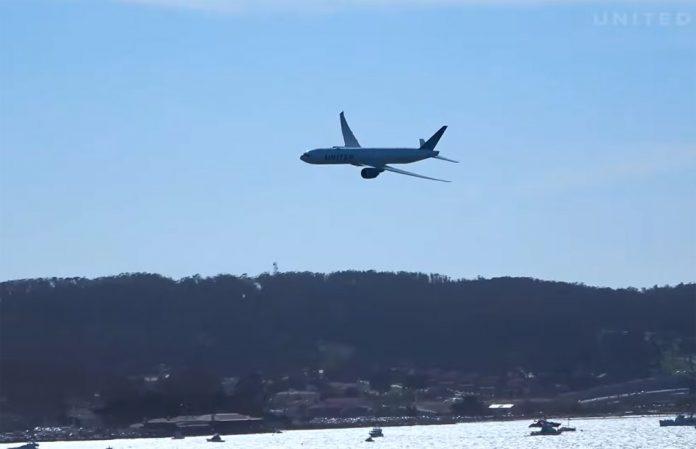 Boeing 777-300ER United Airlines во время показательного полета рядом с мостом Золотые Ворота