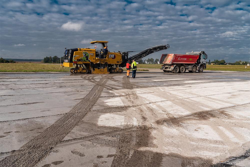 Фрезерование слоя бетона на полосе в аэропорту Винница