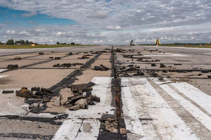 Демонтаж аэродромных плит на полосе в аэропорту Винница. На их месте зальют бетон