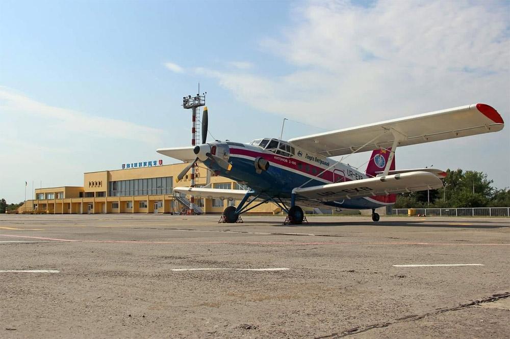 Ан-2 на перроне у терминала в аэропорту Винница