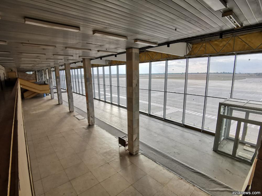 Второй этаж в терминале в аэропорту Херсон. Место с серым полом - бывший балкон, который застеклили