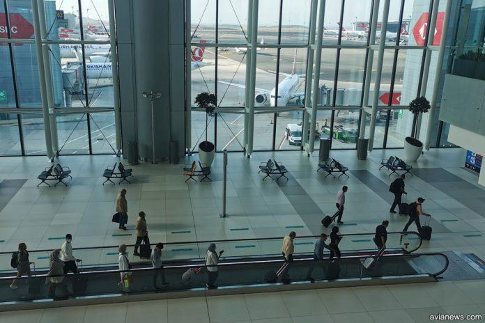 Пассажиры в аэропорту Стамбула