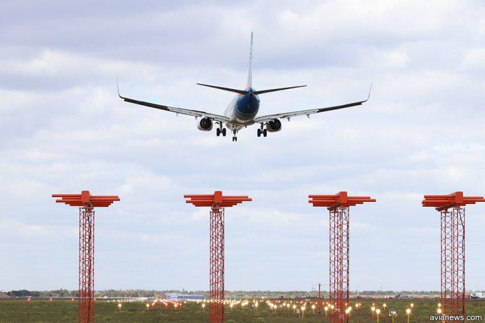 Самолет садится на полосу в аэропорту